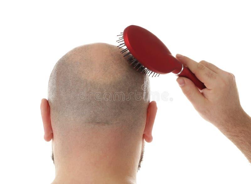 Skallig vuxen man med hårborsten royaltyfri foto
