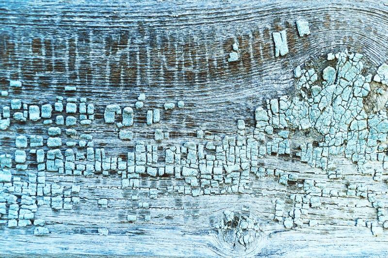 Skalning av texturmålarfärg på gammalt ridit ut texturträ arkivbilder