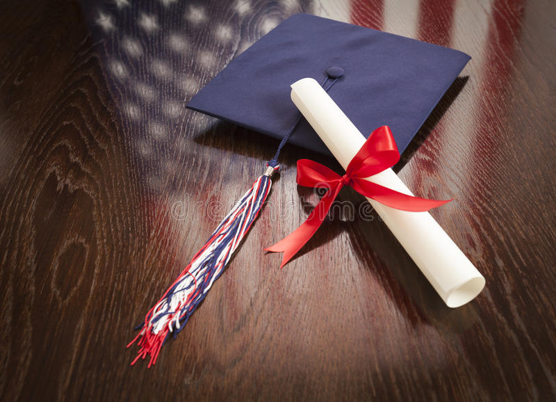 Skalowania Dipoma na stole z flaga amerykańskiej odbiciem i nakrętka obraz stock