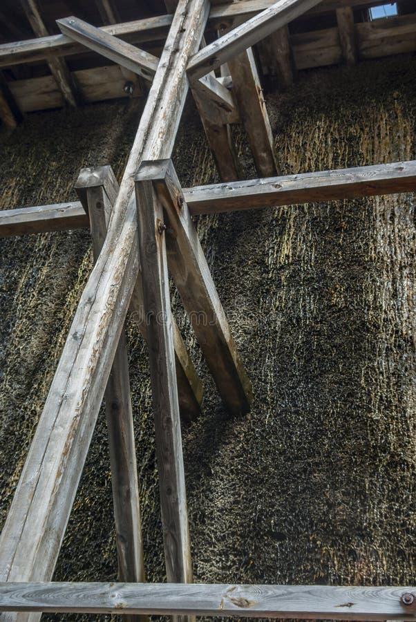 Skalowanie dom, drewniana budowa i cierń ściana tarnina, wiążemy na czym ciec puszek i wyparowywa brine i zdjęcie stock