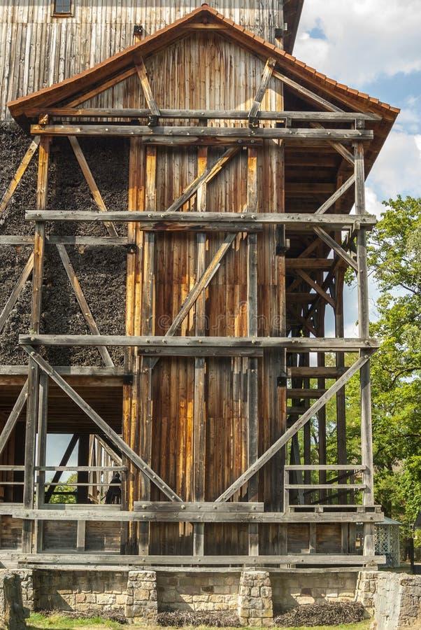 Skalowanie dom, drewniana budowa i cierń ściana tarnina, wiążemy na czym ciec puszek i wyparowywa brine i obraz stock