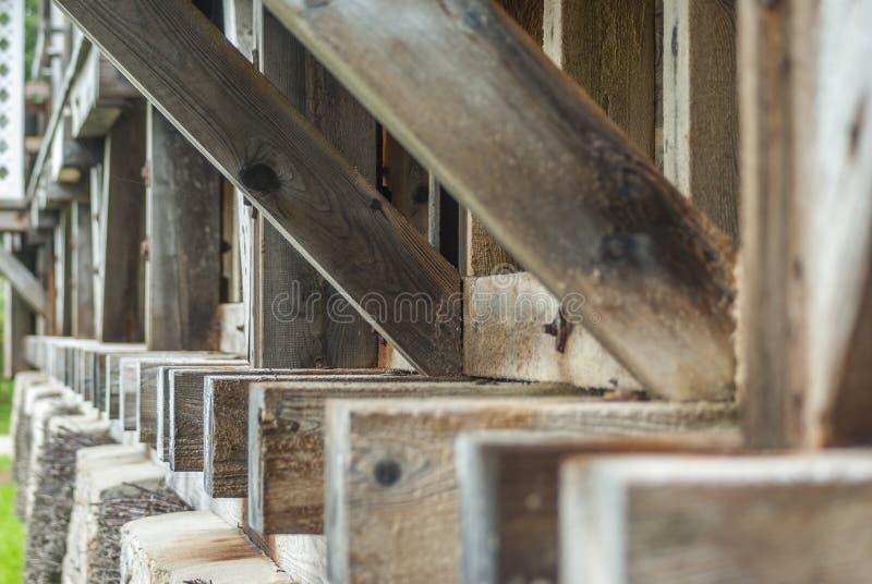 Skalowanie dom, drewniana budowa i cierń ściana tarnina, wiążemy na czym ciec puszek i wyparowywa brine i zdjęcie royalty free