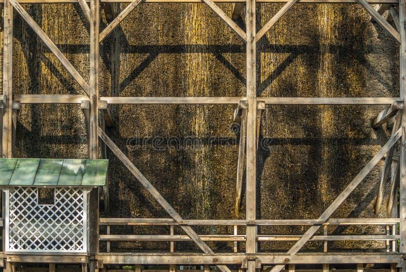 Skalowanie dom, drewniana budowa i cierń ściana tarnina, wiążemy na czym ciec puszek i wyparowywa brine i fotografia stock