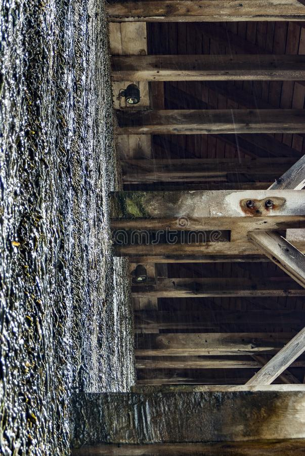 Skalowanie dom, drewniana budowa i cierń ściana tarnina, wiążemy na czym ciec puszek i wyparowywa brine i obrazy stock