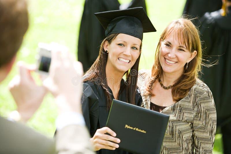 Skalowanie: Dziewczyn pozy z mamą dla obrazka fotografia royalty free