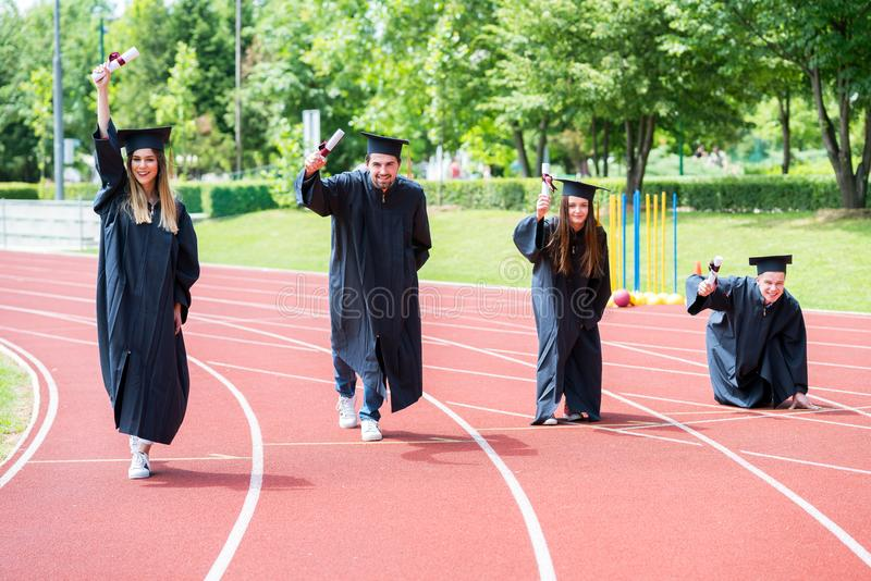 Skalowanie grupa ucznie świętuje na sportowym śladzie, przygotowywa zdjęcie royalty free