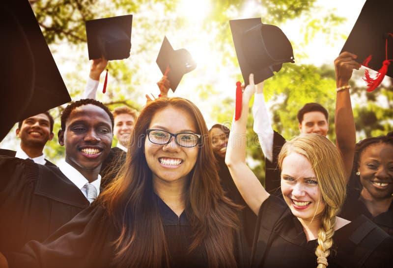 Skalowanie początku dyplomu uniwersyteckiego Studencki pojęcie obrazy royalty free