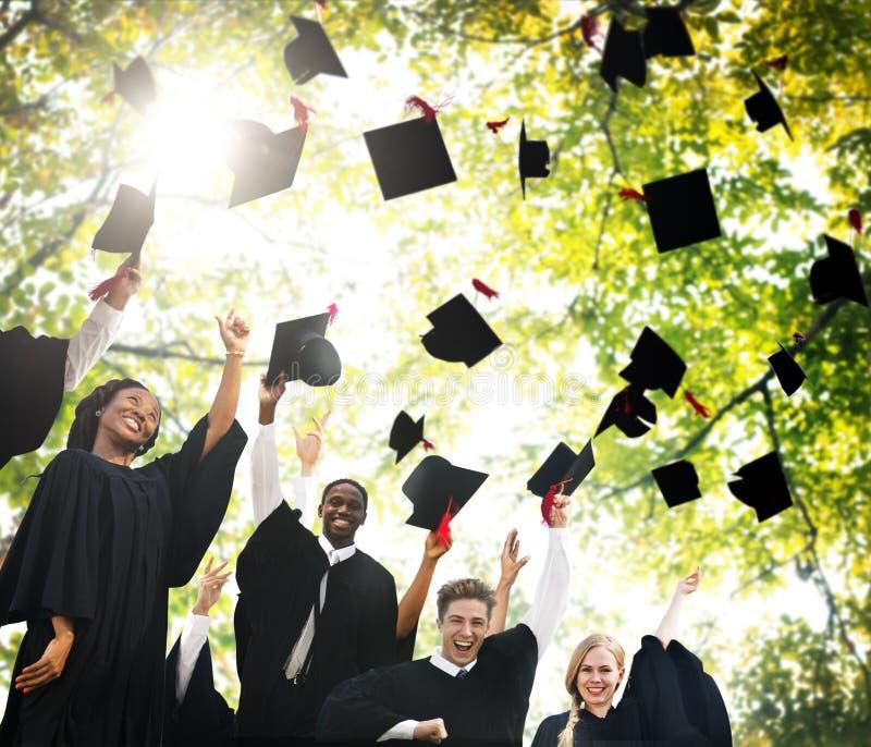 Skalowanie początku dyplomu uniwersyteckiego Studencki pojęcie obraz stock