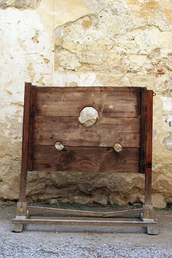 Skamtortyrhjälpmedlet - ställa vid skampålen på en medeltida slott arkivbilder