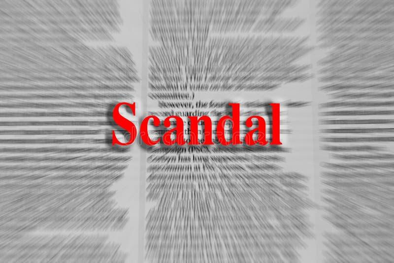 Skandal geschrieben in Rot mit einem Zeitungsartikel verwischt lizenzfreie stockfotografie