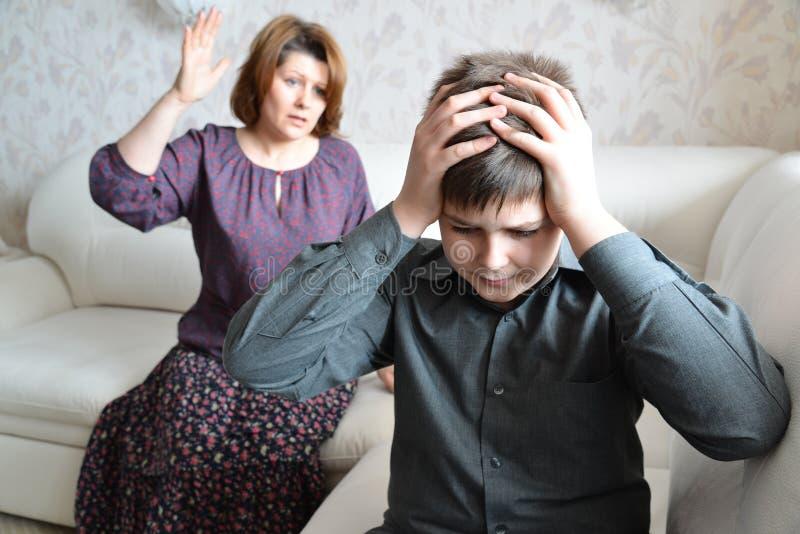 Skandal w rodzinie Mama przysięga przy jego synem nastoletnim fotografia royalty free
