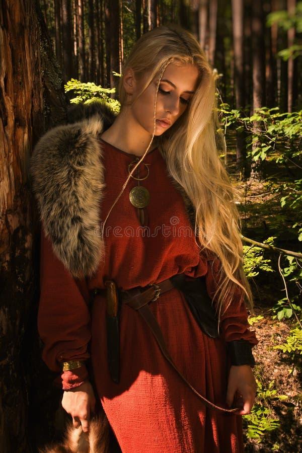 Skandinavisch meisje met bonthuiden royalty-vrije stock afbeelding