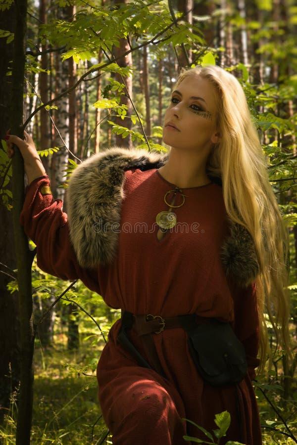 Skandinavisch meisje met runen- tekens royalty-vrije stock foto's