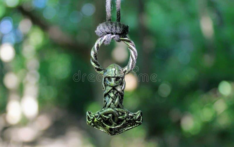 Skandinavische amulet in de vorm van de hamer van Thor ` s stock foto