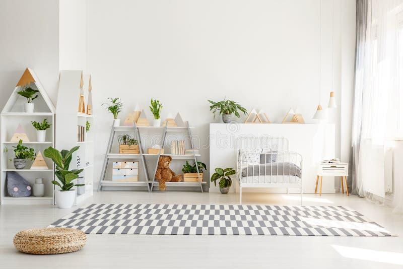 Skandinavische Art, Holzmöbel mit Anlagen und Gebirgsdekorationen in einem sonnigen, einfarbigen Kinderschlafzimmerinnenraum mit  lizenzfreie stockfotografie