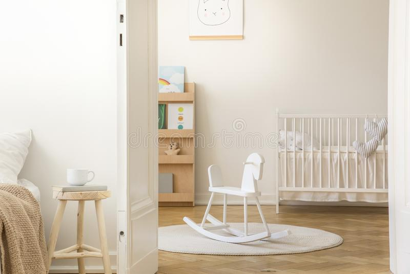 Skandinavische Kindertagesstätte mit weißer hölzerner Krippe, mit Kopienraum stockbild