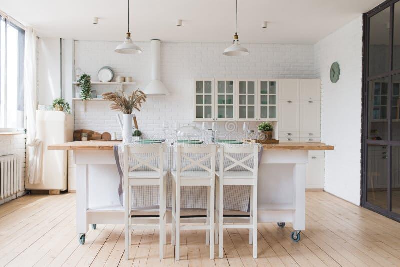 Skandinavische klassische K?che mit den h?lzernen und wei?en Details, minimalistic Innenarchitektur Reales Foto stockbild