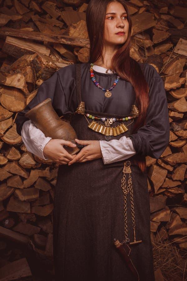 Skandinavische vrouw in historisch kostuum royalty-vrije stock afbeelding