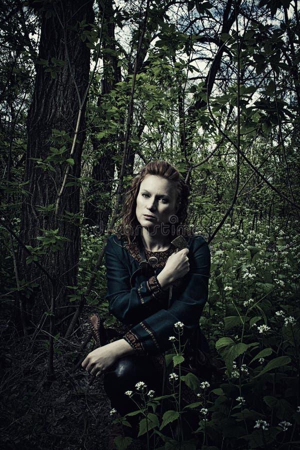 Skandinavische vrouw met zwaard royalty-vrije stock fotografie