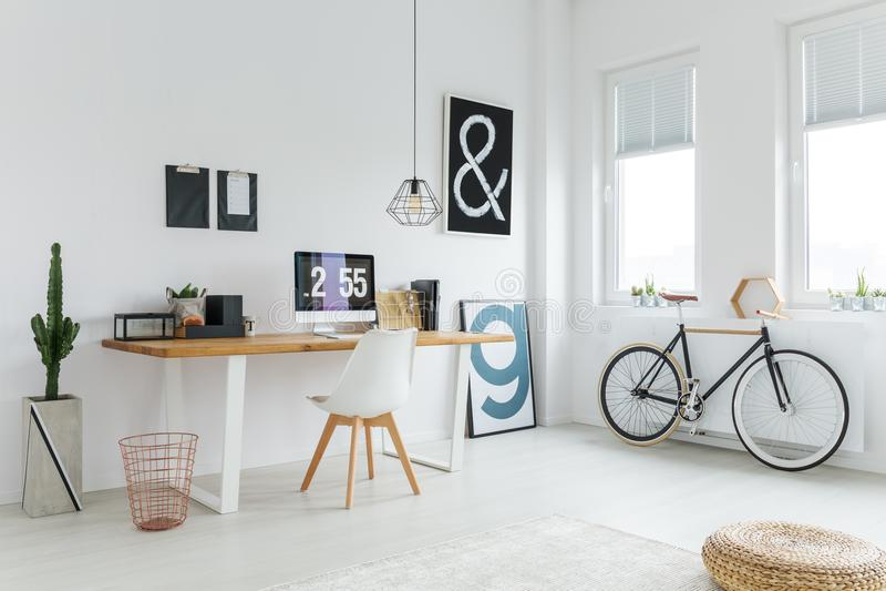 Skandinavische werkruimte met modern meubilair stock fotografie