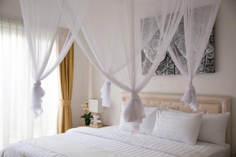 Skandinavischer Innenraum Minimalistic mit Entwurfssofa, tropische Anlagen, Couchtisch, Liebeszeichen lizenzfreie stockfotos