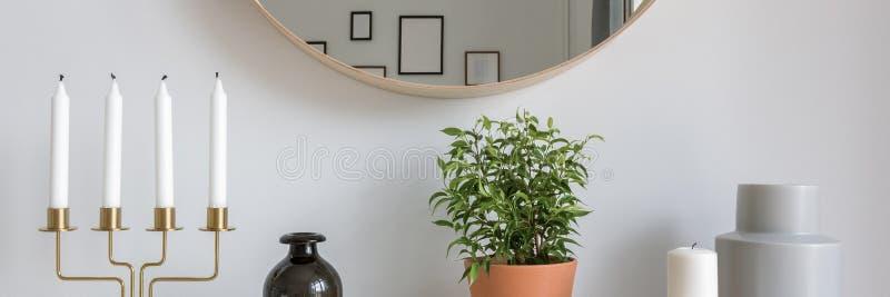 Skandinavischer Innenraum mit dekorativen Zus?tzen stockbilder