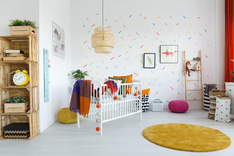 Skandinavisches Artkind-` s Schlafzimmer stockbild