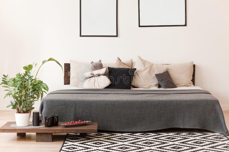 Skandinavisches Artschlafzimmer mit Doppelbett stockbilder