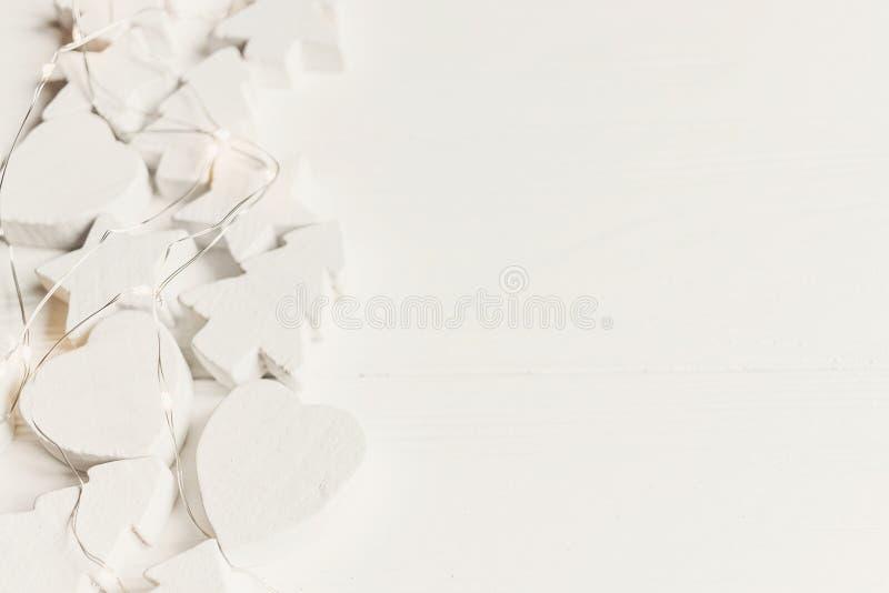 Skandinavisches Weihnachtsbild Minimalistic einfaches hölzernes Weiß c lizenzfreie stockfotos