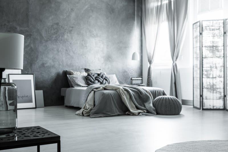 Skandinavisk monochromatic grå sovrumdesign royaltyfri bild