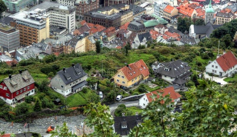 Skandinavisk stads- utforskning på en molnig dag royaltyfria bilder
