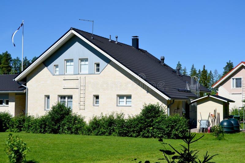 Skandinaviskt privat hus royaltyfria bilder