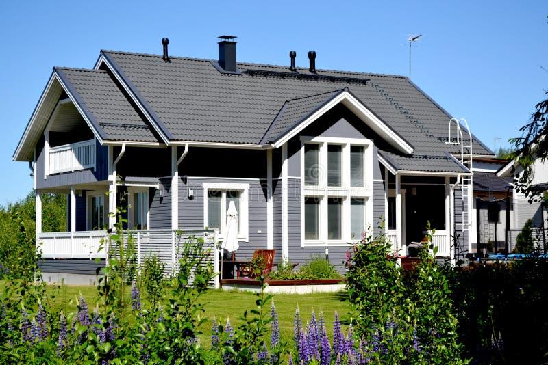 Skandinaviskt privat hus royaltyfri fotografi
