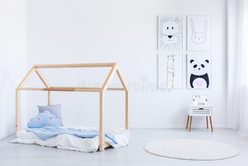 Skandynaw chłopiec ` s stylowa sypialnia obrazy stock