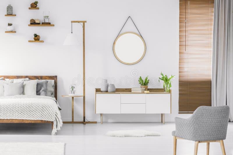 Skandynawa białego pokoju stylowy wnętrze z round lustrem na obraz royalty free