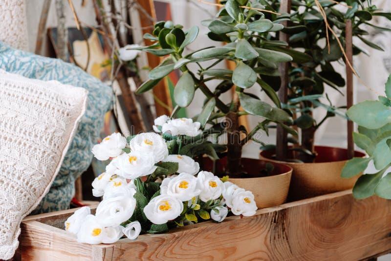Skandynawa modnisia stylowy wnętrze, wygodny loft pokój obrazy royalty free