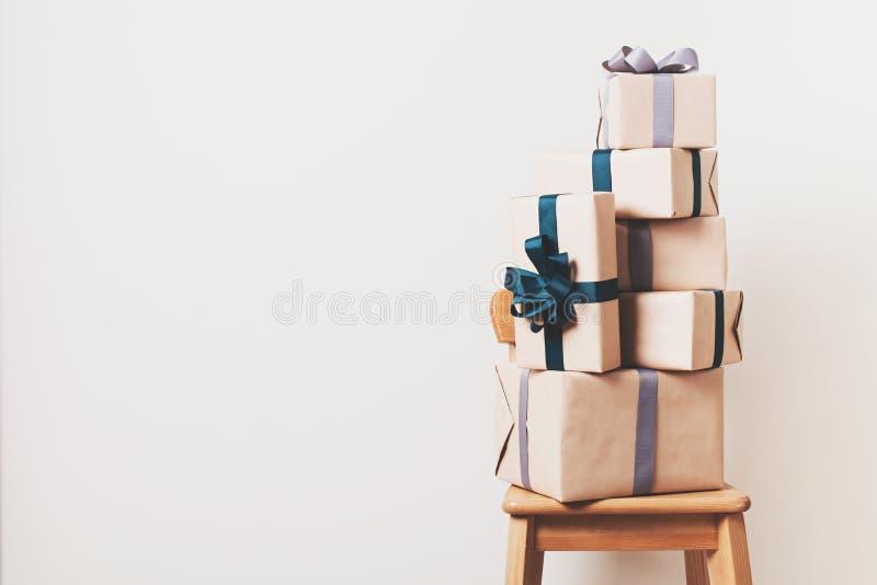 Skandynawscy minimalizmów boże narodzenia i nowego roku pojęcie - prezenta pudełko na krześle w pokoju obrazy royalty free