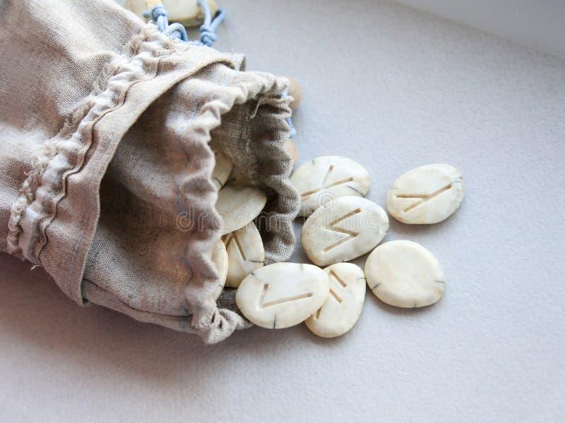 Skandynawscy runes - handmade umiera w bieliźnianego płótna torbie zdjęcie royalty free