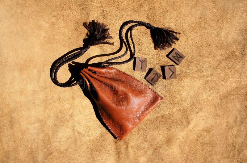 Skandynawscy runes robić od rzemiennej i rzemiennej torby z obrazkiem smok na nim zdjęcie royalty free