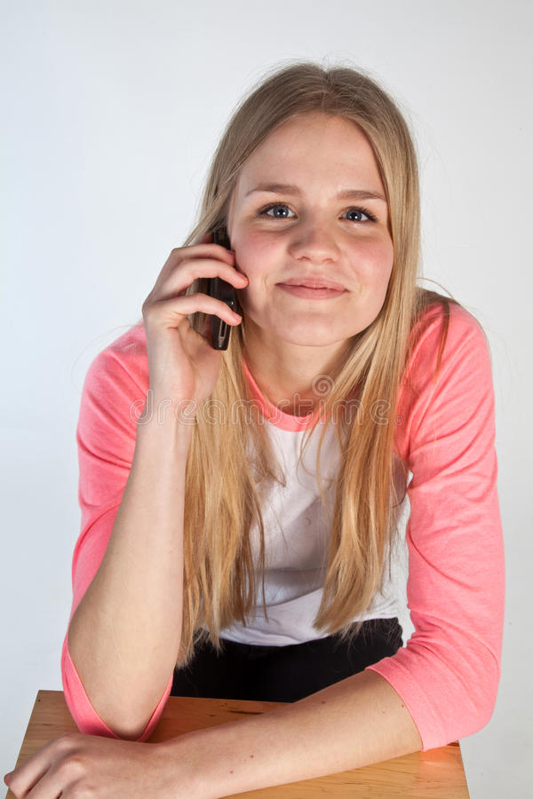 Skandynawska śliczna młoda dziewczyna na telefonie obraz royalty free