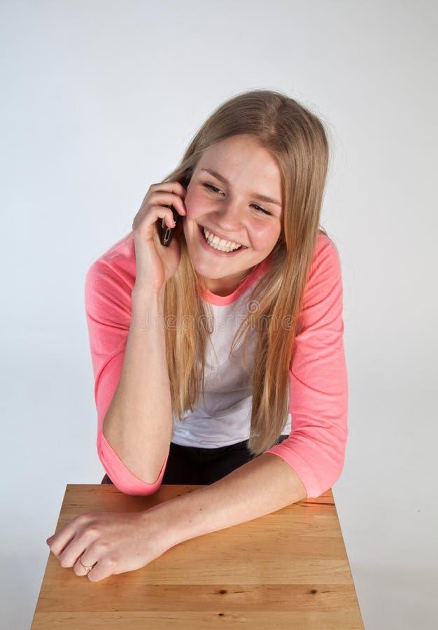 Skandynawska śliczna młoda dziewczyna na telefonie zdjęcie royalty free