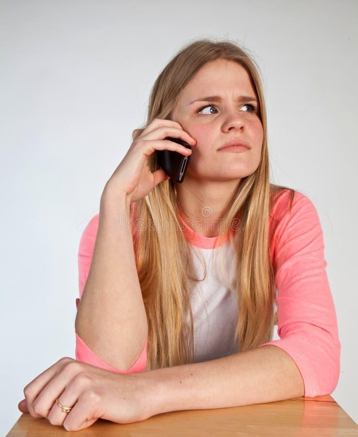 Skandynawska śliczna młoda dziewczyna na telefonie obraz stock