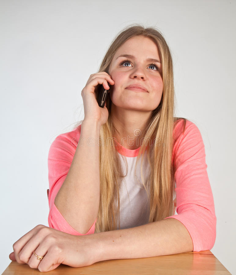 Skandynawska śliczna młoda dziewczyna na telefonie obrazy royalty free