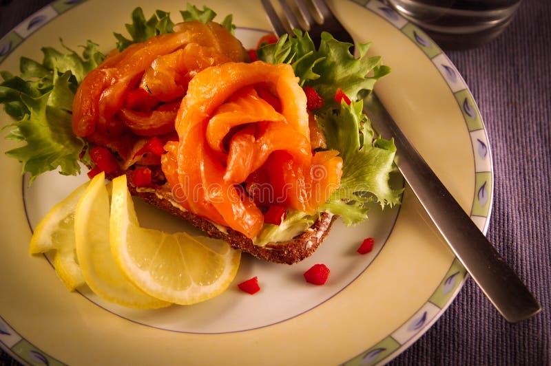 Skandynawskiego łososiowego gravlax ciemny chleb fotografia royalty free