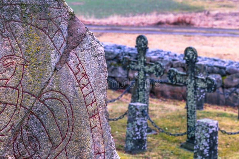 Skanela, Suecia - 1 de abril de 2017: Runestone de Viking en Skanela Chu fotos de archivo libres de regalías
