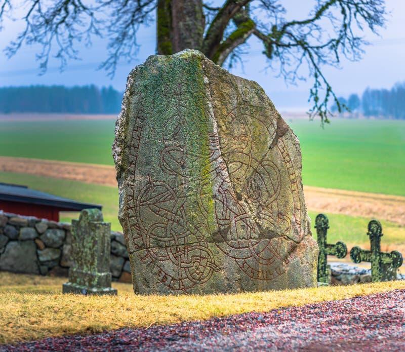 Skanela, Suecia - 1 de abril de 2017: Runestone de Viking en Skanela Chu fotografía de archivo