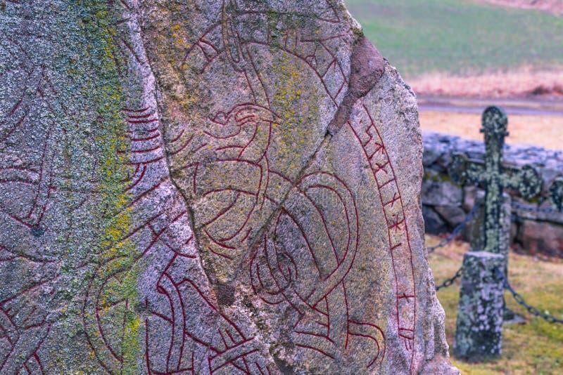 Skanela, Suecia - 1 de abril de 2017: Runestone de Viking en Skanela Chu foto de archivo libre de regalías