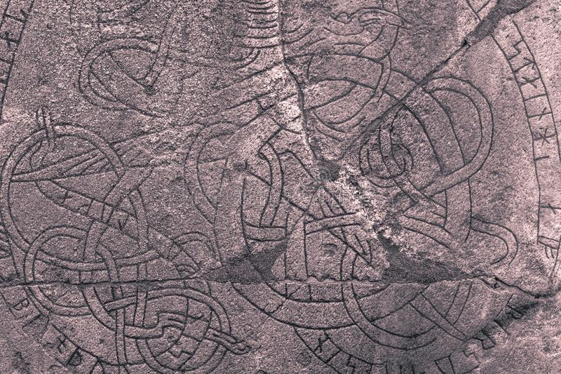 Skanela, Suecia - 1 de abril de 2017: Runestone de Viking en Skanela Chu foto de archivo