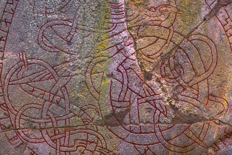 Skanela, Suecia - 1 de abril de 2017: Runestone de Viking en Skanela Chu imagenes de archivo