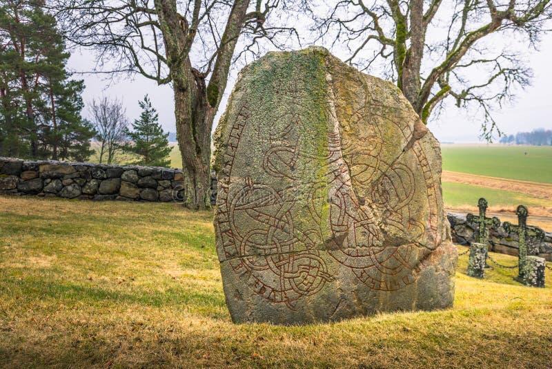 Skanela, Suecia - 1 de abril de 2017: Runestone de Viking en Skanela Chu fotografía de archivo libre de regalías